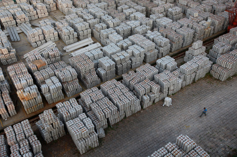 China January Exports, Imports Seen Falling Again in Blow to Global Growth