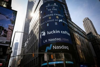 Starbucks' China Rival Luckin Serves Up a Hot Debut