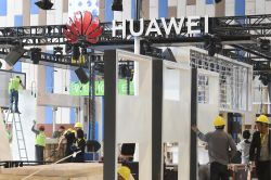 Huawei Shipments Could Fall by Up to a Quarter This Year - Analysts
