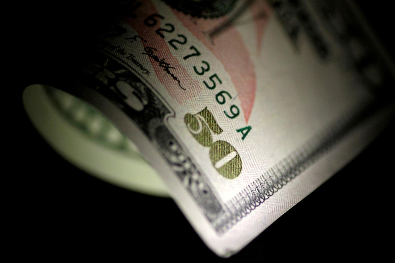Dollar Hovers Close to Two-year Peak on Trade War, Growth Worries